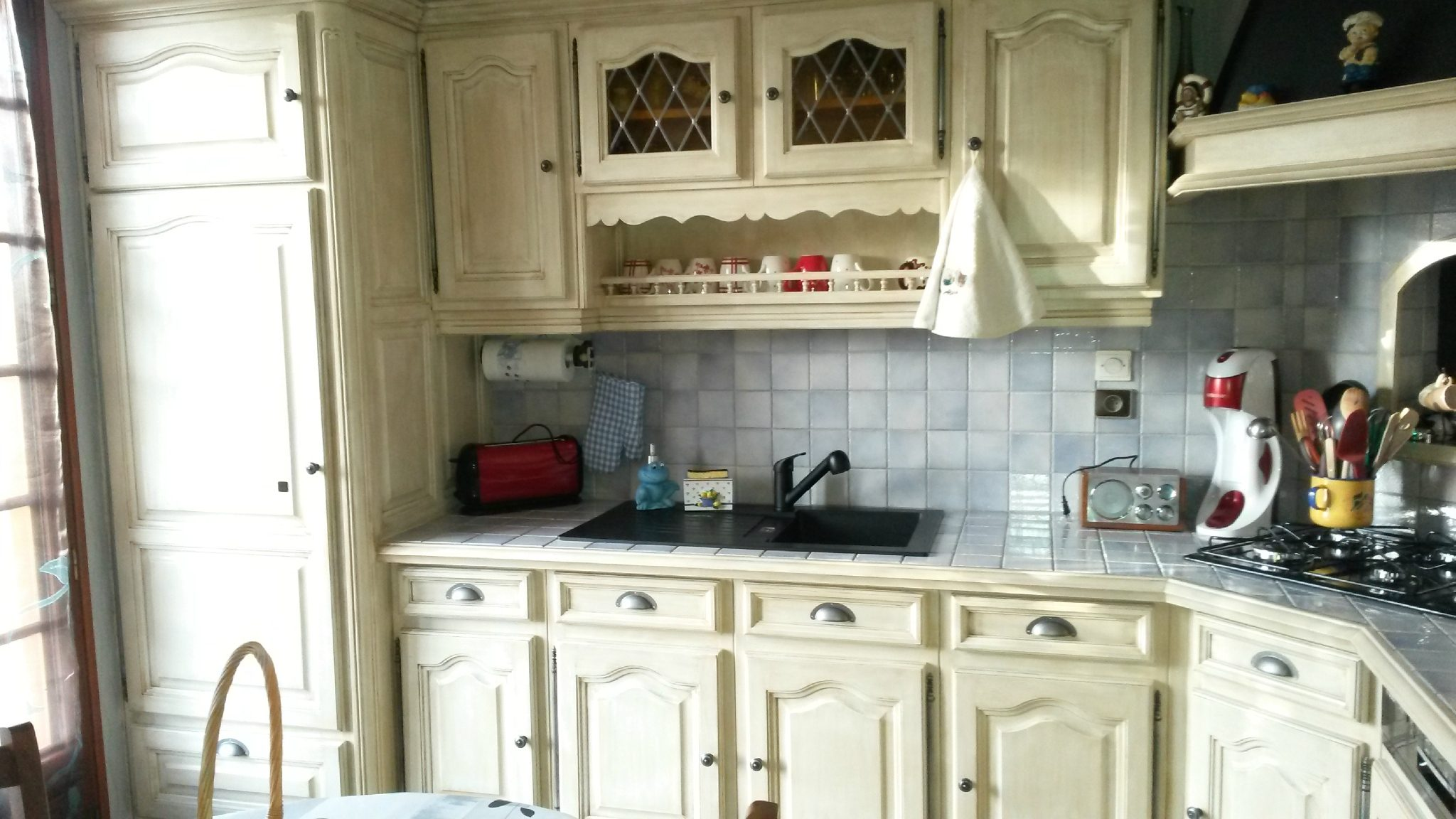 Relooking cuisine à Saint-Gervais de Vic...un effet vieilli ivoire et chamois avec de nouveaux boutons portes et tiro
